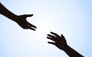 dar la mano por ayuda