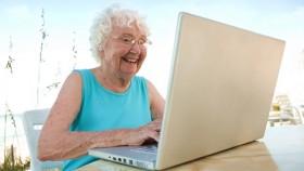 laptop-happy-old-woman-beach-retiro-retire-jubilacion